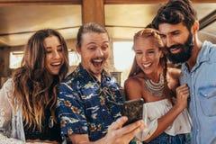 Amis riants prenant le selfie avec le téléphone portable Photo libre de droits