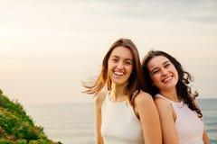 Amis riants sur une falaise Photos stock
