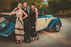 Amis riches dans le convertible classique Photo stock