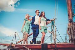 Amis riches sur un yacht Photographie stock libre de droits
