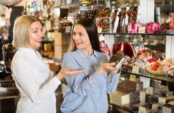 Amis sélectionnant des chocolats Images stock