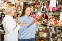 Amis sélectionnant des chocolats Photos libres de droits