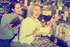 Amis sélectionnant des chocolats Images libres de droits