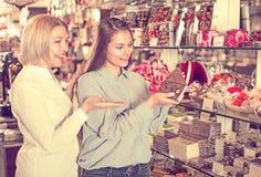 Amis sélectionnant des chocolats Photos stock