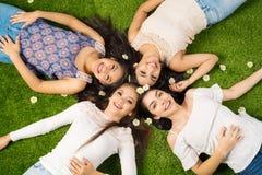 Amis s'étendant dans l'herbe Image stock