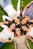 Amis s'étendant dans l'herbe Photo stock