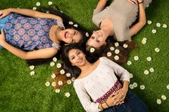 Amis s'étendant dans l'herbe Image libre de droits