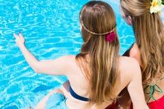 Amis s'asseyant à la piscine Images libres de droits