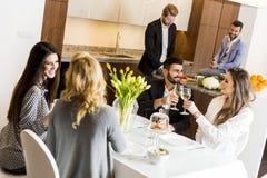 Amis s'asseyant à une table de salle à manger Photo libre de droits