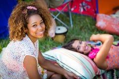 Amis s'asseyant au terrain de camping Images libres de droits