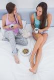 Amis s'asseyant avec du café dans le lit Photo libre de droits