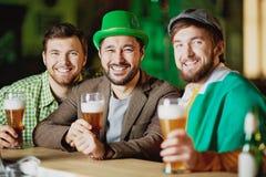 Amis s'asseyant dans le bar Photos libres de droits