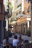 Amis s'asseyant en café ouvert de terrasse Photo libre de droits