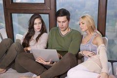 Amis s'asseyant ensemble sur le sofa Photos libres de droits