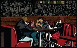 Amis s'asseyant et parlant en café Photographie stock libre de droits