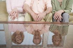 Amis s'asseyant sur le divan Photographie stock libre de droits