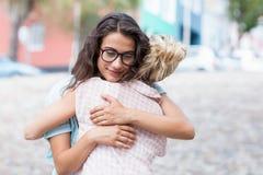 Amis s'embrassant Image libre de droits