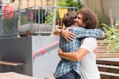 Amis s'embrassant Photos libres de droits