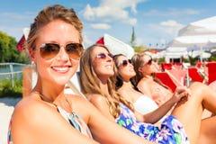 Amis se bronzant dans la barre de plage Photo libre de droits