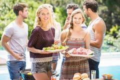 Amis se préparant à la partie de barbecue d'extérieur Photographie stock libre de droits
