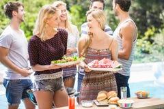 Amis se préparant à la partie de barbecue d'extérieur Images libres de droits