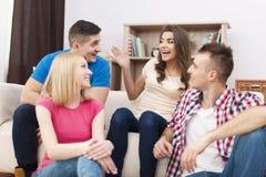 Amis se réunissant à la maison Image libre de droits