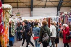 Amis se réunissant au marché de textile Image stock