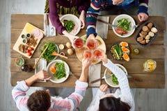 Amis se réunissant au Tableau de dîner Images libres de droits