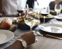 Amis se réunissant ayant la nourriture italienne ensemble Photos libres de droits