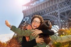 Amis se réunissant dans la rue de Paris et d'étreindre Images stock
