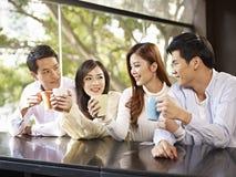 Amis se réunissant en café Images stock