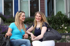 Amis se réunissant pour une causerie en ville Photographie stock libre de droits