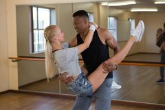 Amis se regardant tout en dansant Image libre de droits