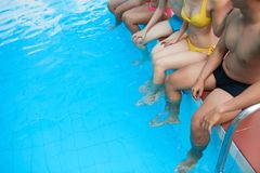 Amis se reposant dans la piscine Photo stock