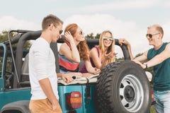Amis se reposant pendant le voyage de voiture Photos libres de droits