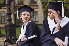 Amis se sentant tristes après des études universitaires Image stock
