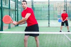 Amis se serrant la main dans le tennis de palette Photos libres de droits