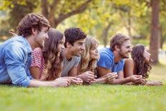 Amis se situant et parlant en parc Image libre de droits
