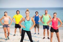 Amis se tenant avec des mains sur des hanches à la plage Photographie stock