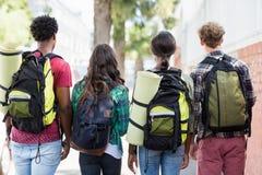Amis se tenant avec le sac à dos Image libre de droits