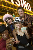 Amis se tenant contre le casino Photos stock