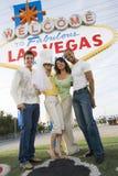 Amis se tenant ensemble contre «accueil le signe vers Las Vegas» Photo libre de droits