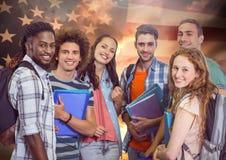 Amis se tenant ensemble contre le drapeau américain à l'arrière-plan Photo stock