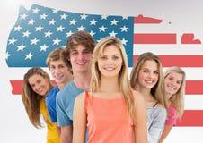 Amis se tenant ensemble contre le drapeau américain à l'arrière-plan Photographie stock