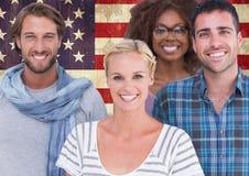Amis se tenant ensemble contre le drapeau américain à l'arrière-plan Photos stock
