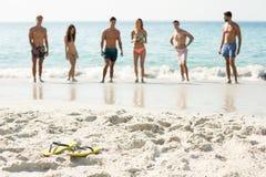 Amis se tenant sur le rivage à la plage Photo libre de droits