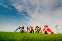 Amis se trouvant sur l'herbe Image libre de droits
