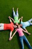 Amis se trouvant sur l'herbe Photographie stock libre de droits