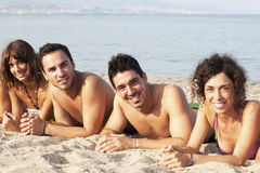 Amis se trouvant sur la plage Image stock