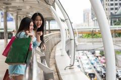 Amis shopaholic heureux faisant des emplettes en ville Photo libre de droits